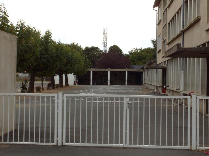 école Anatole France à Maringues surplombé par les émetteurs de téléphonie mobile